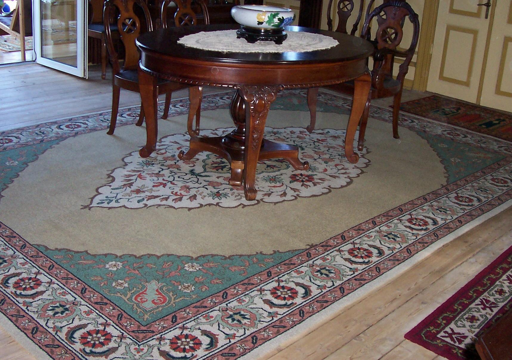 Comedor con alfombra tejer